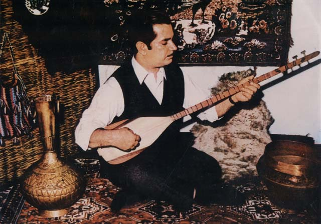 Image of an âşik. by Ecomecom, CC 2.5, via at Turkish Wikipedia